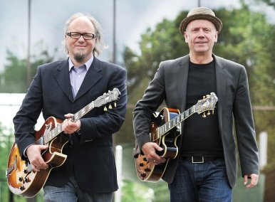 Diesmal mit Verstärkung: Pop- und Jazzstandards haben Markus Dassmann (li.) und Michael Neumann als Duo M für zwei Gitarren arrangiert. Am 4. April interpretieren sie zusammen mit Schlagzeuger Jochen Welle und Bassist Frank Konrad Klassiker der Musikgeschichte in Instrumental-Versionen.